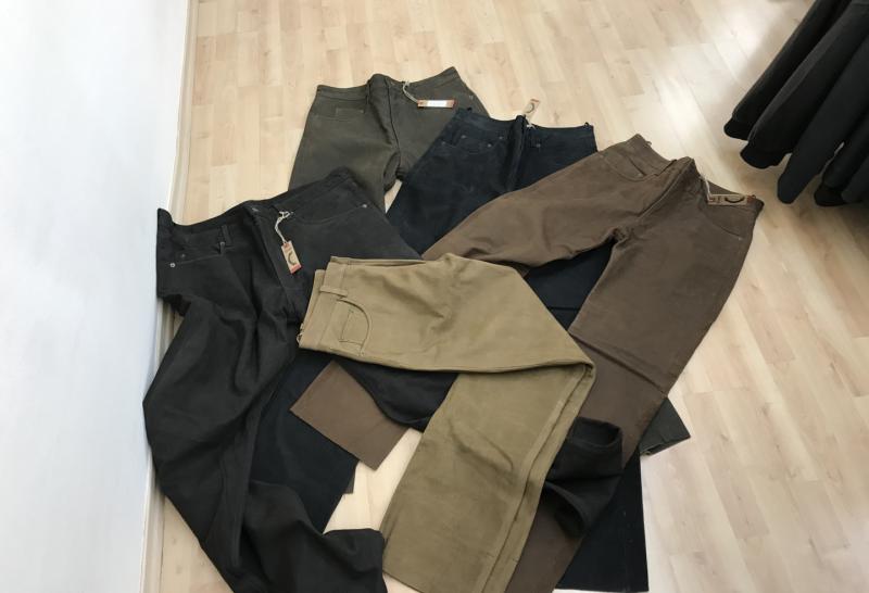 Lederhosen in verschiedenen Farben