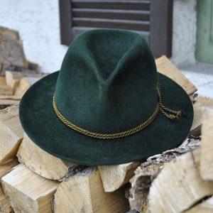 Grüner Trachtenhut auf Holz
